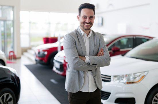 wypożyczając samochód